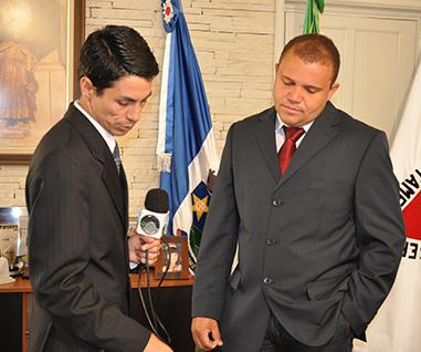 Adi Barbosa se preparando para entrevistar o prefeito José Roberto da Silva da cidade de São Thomé das Letras MG para o programa de TV regional Café com o Prefeito.